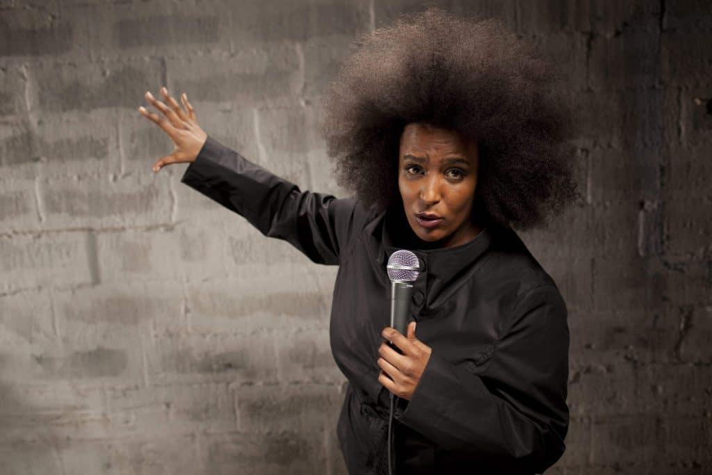 Marika Carlsson, komiker, kvinnlig komiker, mikrofon, föreläsare